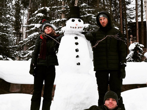 Taylor Swift and Calvin Harris Build a Perfect Snowman -- See More Stars in the Holiday Spirit!
