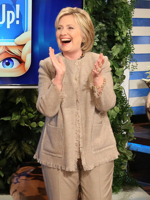 "Hillary Clinton Plays ""Heads Up"" With Ellen DeGeneres & Tony Goldwyn -- See The Funny…"