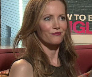 Dakota Johnson & Leslie Mann Hit on HOT Reporter In Funniest Video You'll See Today