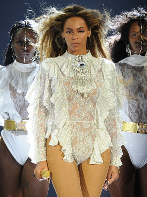 "Beyonce Brings Lucky Fans Up Onstage For ""Single Ladies"" -- And They Kill the Performance!"