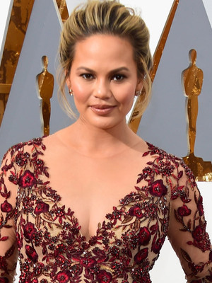 """Bye Pregnancy Glow!"" Chrissy Teigen Shares Makeup-Free Selfie After Giving Birth"