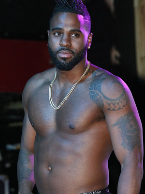 Jason Derulo Goes Shirtless Onstage -- Check Out His Abs!