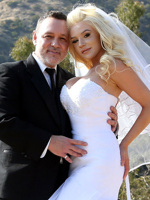 Pregnant Courtney Stodden & Doug Hutchison Renew Vows for 5th Anniversary -- Wait'll…