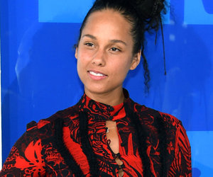 Alicia Keys Rocks a Fresh Face on the VMAs Red Carpet